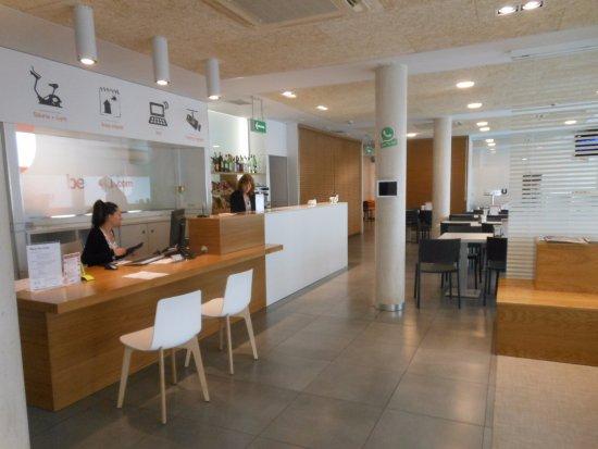 Hotel Bed4u Pamplona: Lobby area, breakfast room.