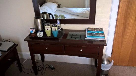 Redcliffe Hotel: Desk/dresser/table