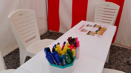 Ritto, Giappone: 絵馬のために、こんなにペンが常備されてます!