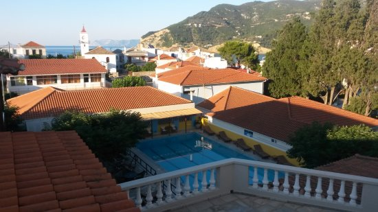 Ionia Hotel Skopelos: View of pool area and town