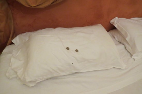 Villa Carlotta Hotel: Black spot on pillowcase. We left 2 euro so they would replace it.