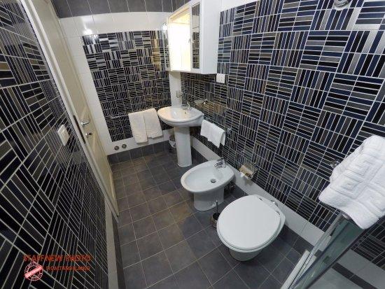 bagni moderni, completi con box doccia o vasca, anche per disabili - Picture of Militello ...