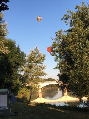 Francueil, Frankrike: Der flyver luftballoner over pladsen morgen og aften.  Der er bævere i floden