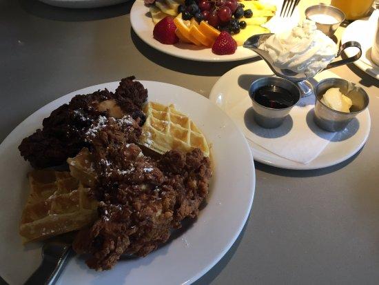 เวสต์มอนต์, อิลลินอยส์: Fired chicken and waffles