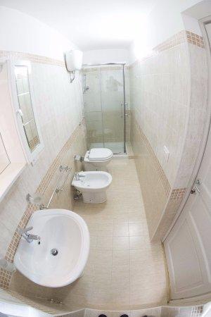 Tutte le camere della struttura hanno moderni bagni privati completi ...