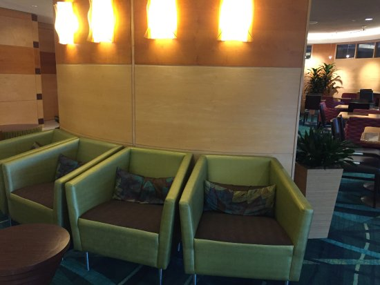 SpringHill Suites Hagerstown: front lobby seating