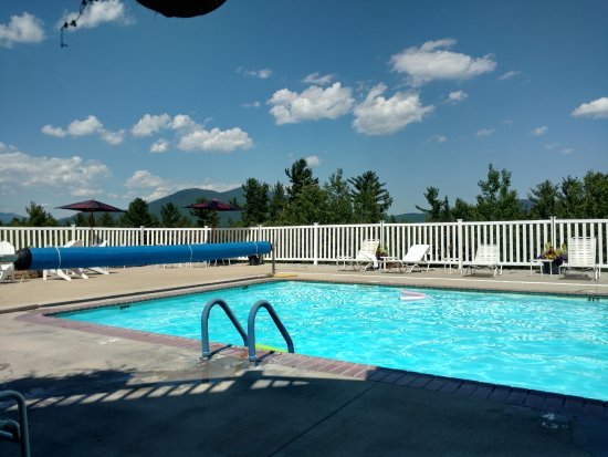 White Mountain Hotel and Resort: The pool and patio