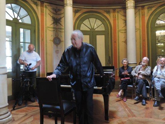 Lons-le-Saunier, Frankrike: un chirurgien retraité fait vibrer la rotonde sur le piano à queue