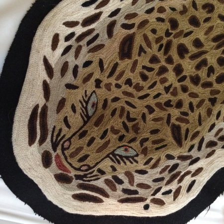 Hotel Thoumieux : Embroidered tiger, exotic bed throw