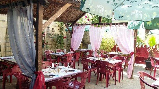 TERRASSE OMBRAGÉE. . - Picture of Les Douves, La Roche-Posay ...
