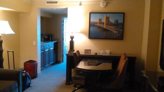 Embassy Suites by Hilton Sacramento - Riverfront Promenade: living room next to atrium