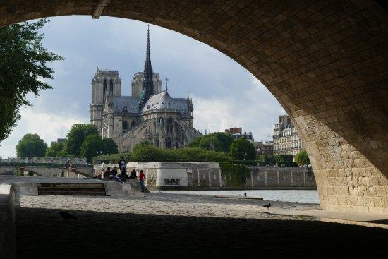 Hotel Saint-Louis en l'Isle: Notre Dame: a short walk over the Pont Saint Louis