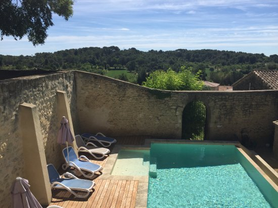 Maison d'Hotes Le Cèdre : Swimming pool and the view from the garden - Le Cedre