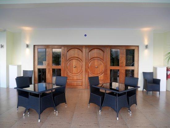 Petit Amour Villa: Vue sur la terrasse et les belles portes en bois