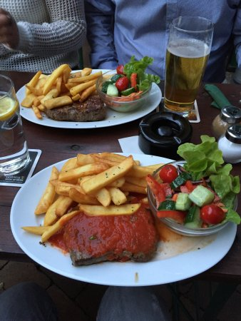 Lir Irish Bar: Great sirloin steak with french fries, salad and Irish whiskey tomato sauce 👍😀