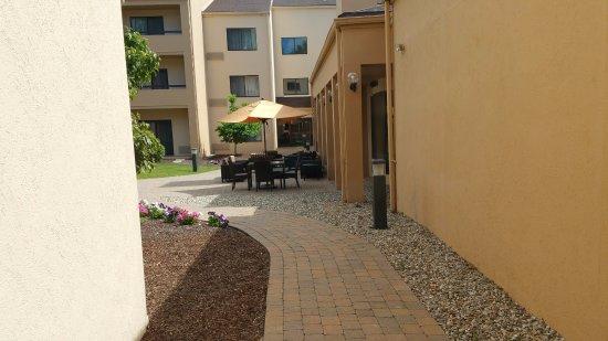 Courtyard Boston Andover: Outdoor seating