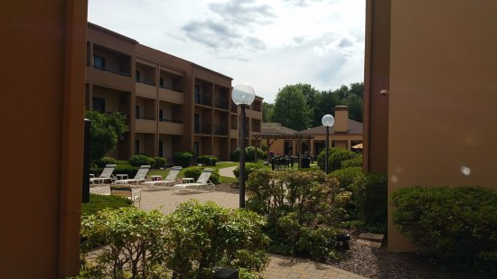 Courtyard by Marriott Boston Andover: Seating and sunning area
