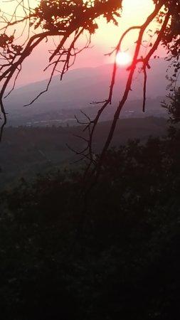 Agriturismo Borgo Nuovo di Mulinelli: Zonsondergang te zien vanaf het terrein.