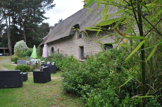 Plouhinec, Frankrike: Façade de la Chaumière et salon de jardin