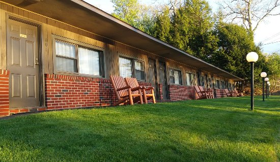 Birch Knoll Motel: Relax in one of Adirondack chairs!