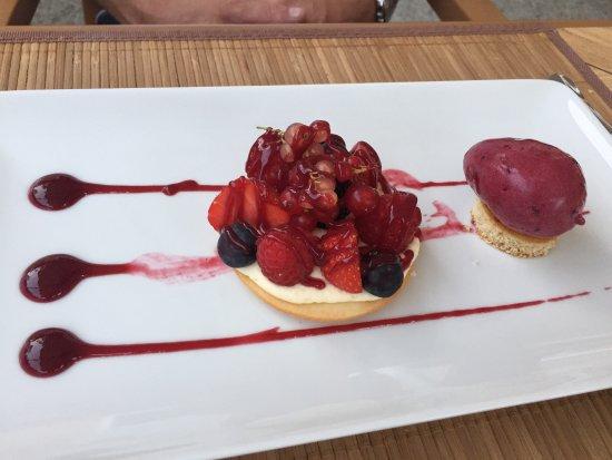 Villedieu-sur-Indre, France: Menu tradition - entrée méli mélo de légumes de saison façon pissaladière - dessert