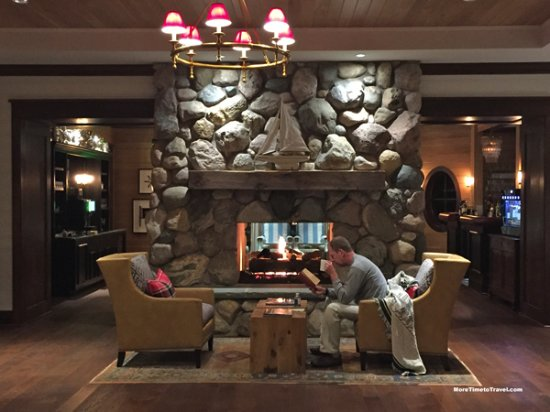 Walloon Lake, MI: Late night cocoa by the fireplace in the lobby