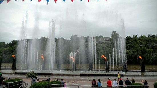 Branson, MO: Beautiful fire/lights/music water show in the center of the Landing. FREE