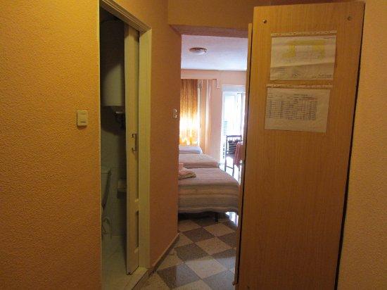 Pension Alcazaba: в номере большой шкаф и стол