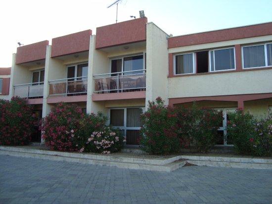 Hotel Le Lagon: część środkowa ma balkony i wyjście na tarasik