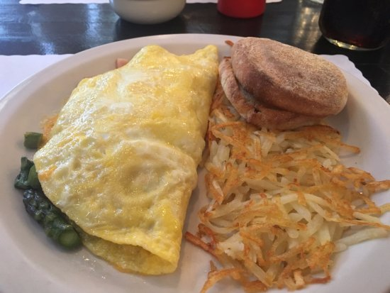 Little Crane Cafe: Ham and asparagus omelette with hash browns and toasted english muffin.