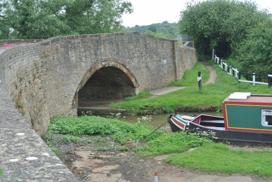 Aynho, UK: B4031 narrow bridge over to canal walk on far side from GWA