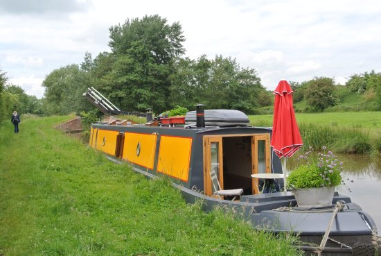 Aynho, UK: Moored canal barge and old liftbridge in line with railway underpass and field gates