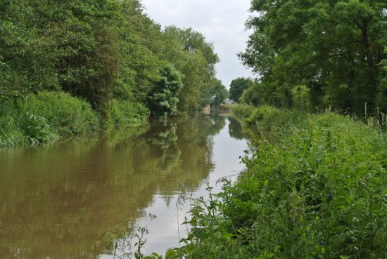 Aynho, UK: view along the canal toward the liftbridge