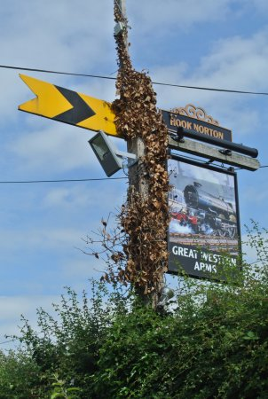 Aynho, UK: GWA's sign (be on the lookout - after a curve, from the non-bridge side)