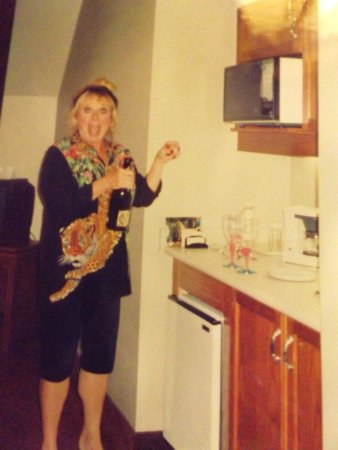 Thorold, Kanada: Great mini kitchenette with comfortable seating/TV area