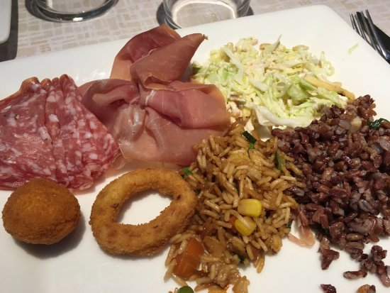 Buffet Di Insalate Miste : Antipasti misti presi dal buffet affettati insalate di riso
