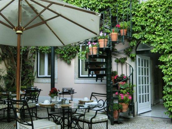 As Janelas Verdes: The courtyard