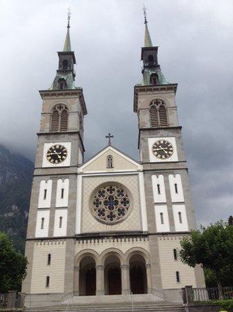 Glarus, Szwajcaria: Kirche mit Kreuz und Hahn