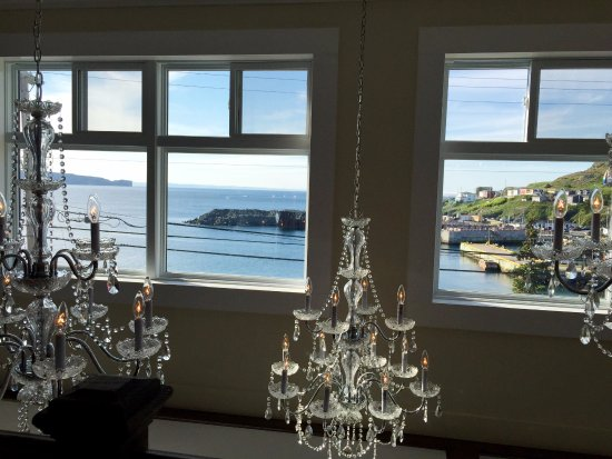 Portugal Cove, Canadá: Big windows upstairs overseeing the ocean with beautiful chandeliers from the ceiling