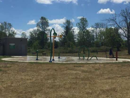 Binbrook, Canadá: Splash pad is great. Close to a park as well.