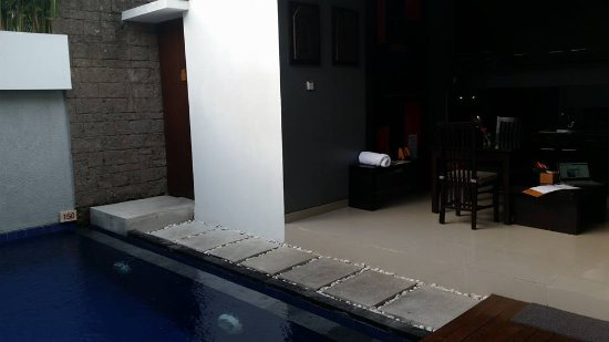 Samaja Beachside Villas: Outside living area with pool.