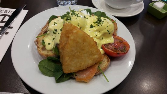 Wanneroo, Australia: Salmon eggs benedict and hash browns