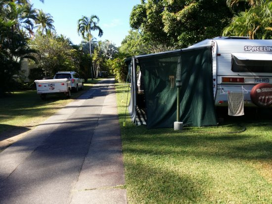 Ellis Beach, Australien: This is how close our awning was to the road.
