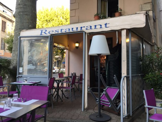 le bistrot provencal : Front of restaurant - there's a lovely terrace in front and some tables inside. Clean and pretty