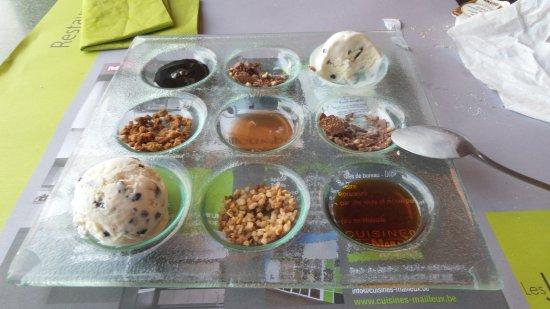 บอนเซลเลส, เบลเยียม: 2 boules de glaces copieusement accompagnées de chocolat, caramel, brésilienne, etc