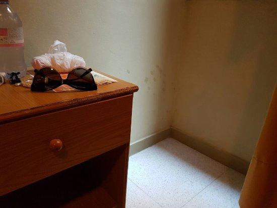 Hotel Jaume I: L'hotel è in condizioni decadenti, le foto sul sito non corrispondono alla realtà, la pulizia e