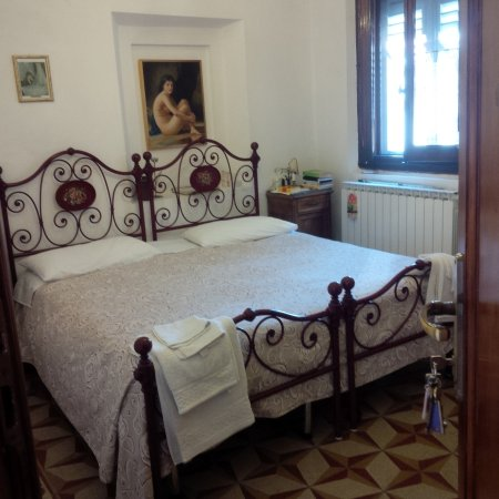 La Cantonella : Red double/twin room