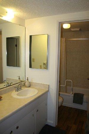 Kaunakakai, HI: A207 Bathroom