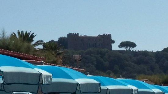 Castiglione Della Pescaia, Italy: Molto interessante e ben curato . Vista dalla spiaggia