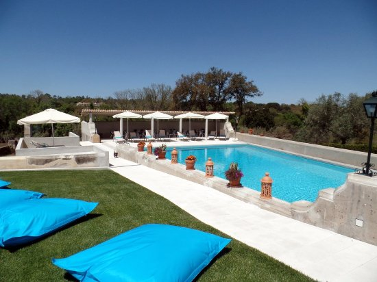 Azeitao, Portugal: Pool and lawn
